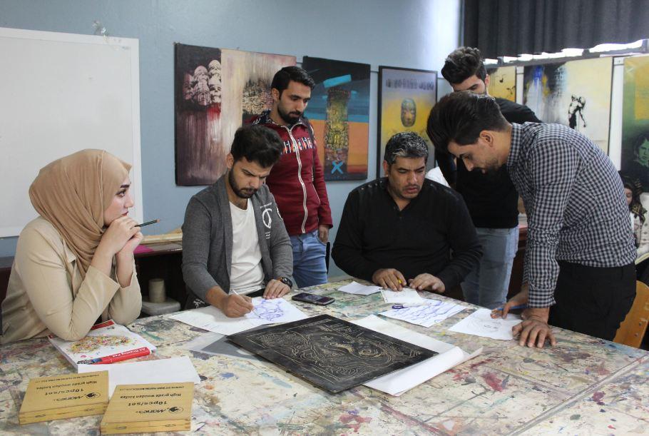 طلبة قسم الفنون التشكيلية يشاركون في ورشة الكرافيك العملي