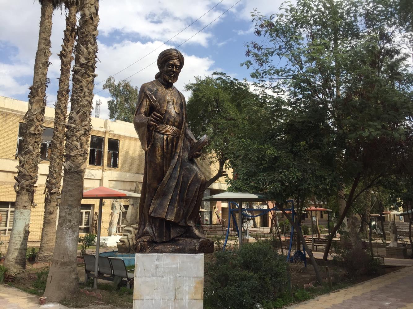 صيانة تمثال يحيى الواسطي في كلية الفنون الجميلة