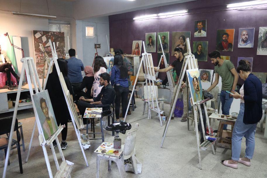 قسم الفنون التشكيلية يقيم ورشة عمل لتقنيات النحت البارز