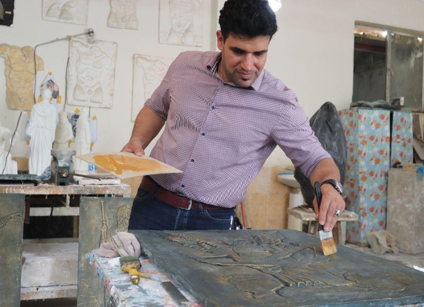 قسم الفنون التشكيلية يقيم ورشة عمل للنحت البارز والنافر