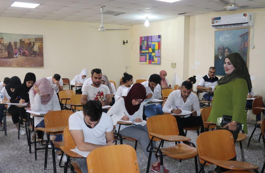 طلبة كلية الفنون الجميلة يؤدون امتحانات الدور الثاني