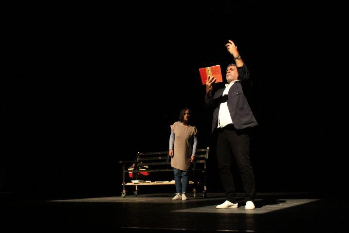 قسم الفنون المسرحية في كلية الفنون الجميلة يقيم عرضا مسرحيا بعنوان (حين سقط المشبك)
